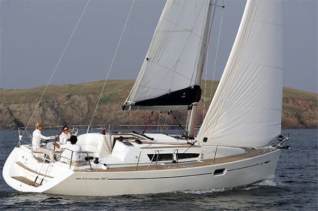 This 35.0' Jeanneau cand take up to 8 passengers around Split region