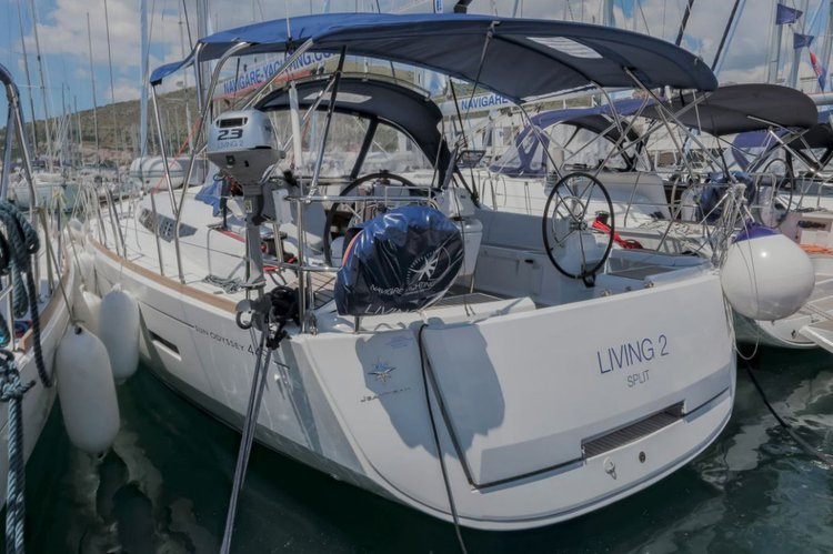 This 45.0' Jeanneau cand take up to 10 passengers around Split region