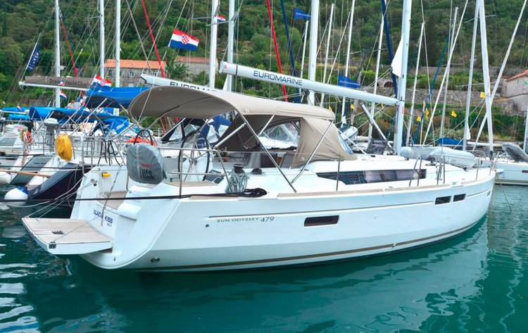 This 47.0' Jeanneau cand take up to 10 passengers around Dubrovnik region