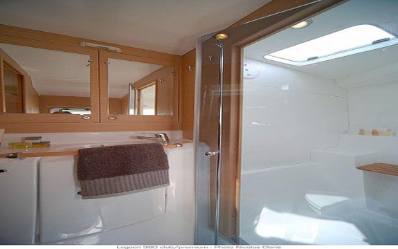 This 37.11' Lagoon cand take up to 10 passengers around Le Marin