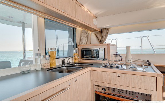 Discover Saint-Mandrier-Sur-Mer surroundings on this Custom Lagoon boat