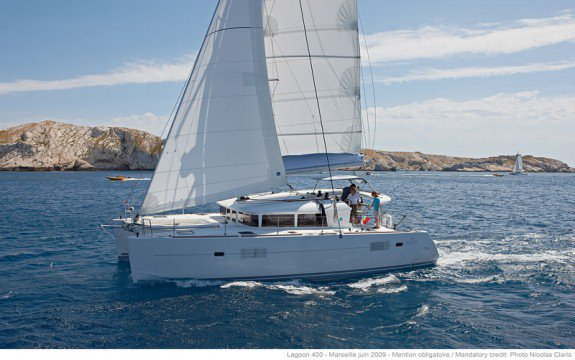 Discover Palma, Illes Balears surroundings on this 400 S2 Lagoon boat