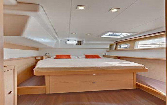 This 45.1' Lagoon cand take up to 12 passengers around Le Marin