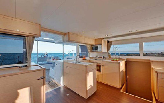 Discover St. George'S surroundings on this 450 F Luxe Lagoon boat