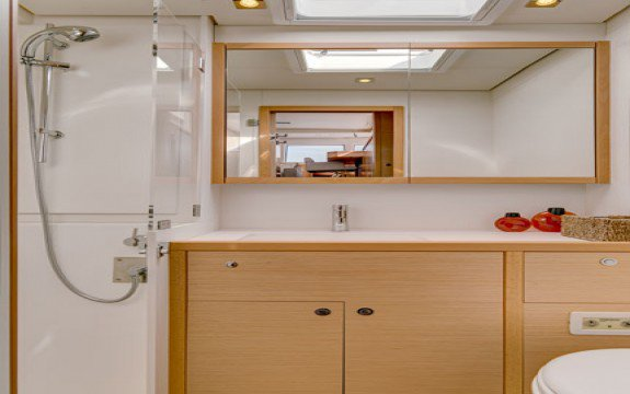 Discover Abaco surroundings on this 4.1 Owner Version Bali boat