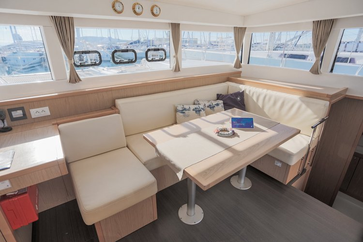 This 38.0' Lagoon-Bénéteau cand take up to 10 passengers around Split region
