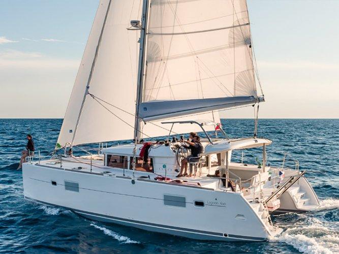 Discover Campania surroundings on this Lagoon 400 S2 Lagoon-Bénéteau boat