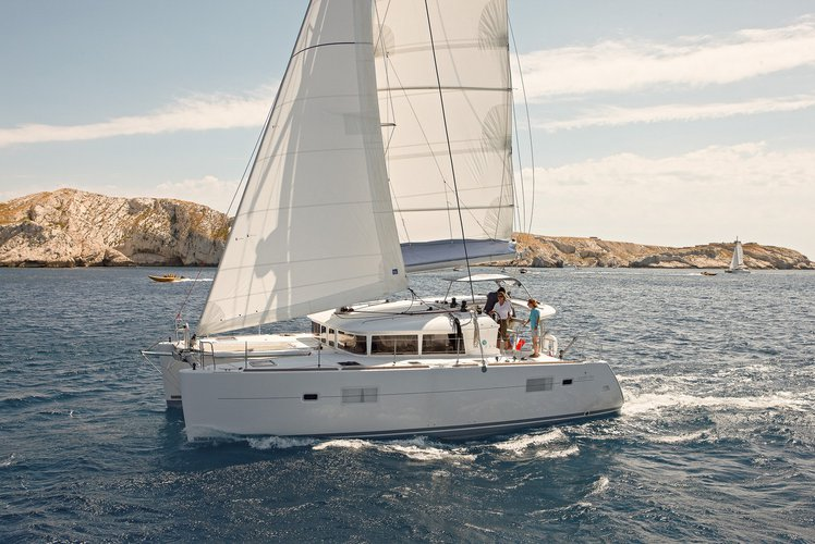 This 39.0' Lagoon-Bénéteau cand take up to 12 passengers around Cyclades