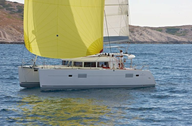 Discover Cyclades surroundings on this Lagoon 400 Lagoon-Bénéteau boat