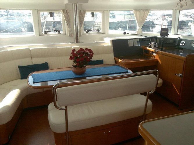This 44.0' Lagoon-Bénéteau cand take up to 8 passengers around Saronic Gulf