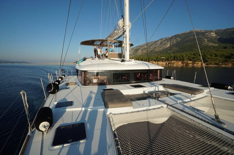 Up to 11 persons can enjoy a ride on this Lagoon-Beneteau boat