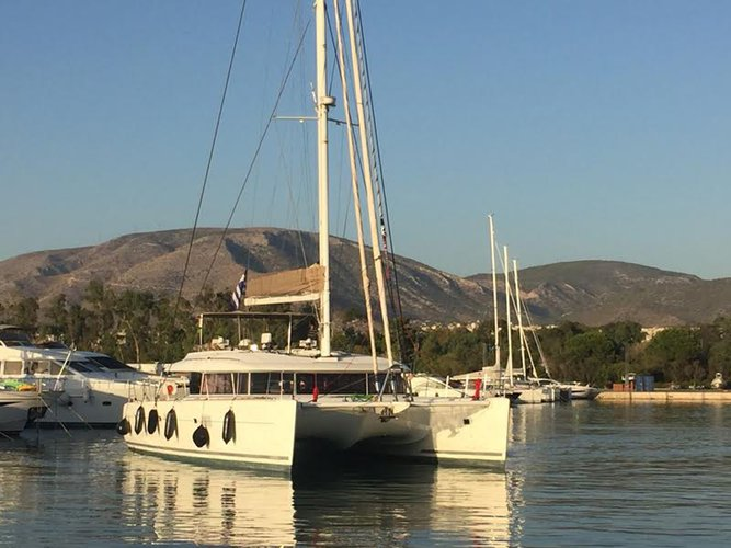 Sail the waters of Cyclades on this comfortable Lagoon-Bénéteau