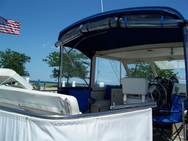 Discover St. Clair Shores surroundings on this Chris Craft Custom boat