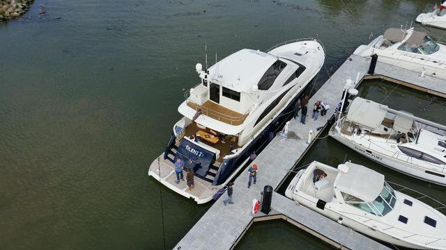 This 72.0' Marquis cand take up to 20 passengers around Rocky River
