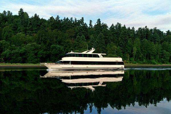 Discover Portland surroundings on this Custom Skipperliner boat