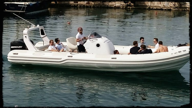 This 31.0' Top Gun cand take up to 10 passengers around Lavrio