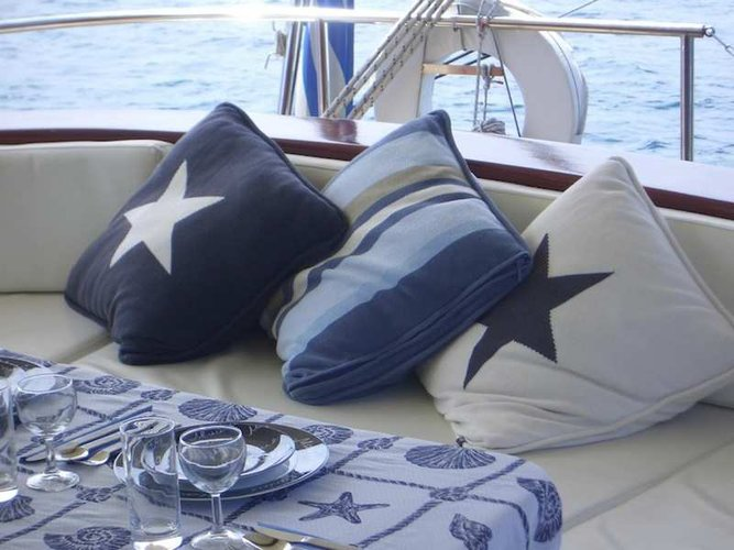 Up to 10 persons can enjoy a ride on this Schooner boat