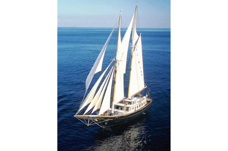 Discover Thessaloniki surroundings on this Custom Custom boat