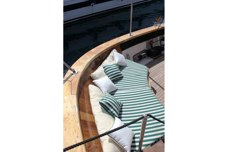 Up to 11 persons can enjoy a ride on this Schooner boat
