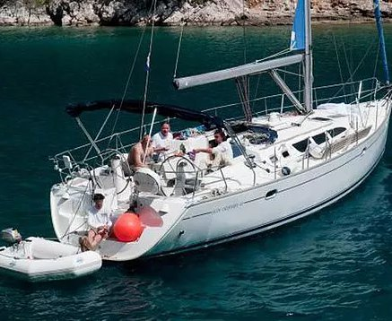 This 43.3' Jeanneau cand take up to 8 passengers around Las Palmas
