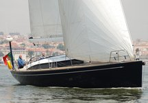 Explore Lisboa onboard 50' extremely beautiful and capable cruiser