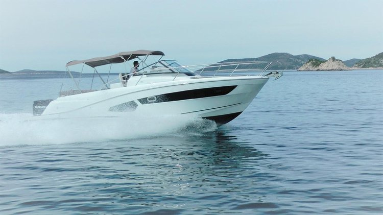 This 34.0' Jeanneau cand take up to 6 passengers around Split region