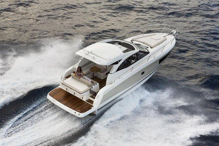 This 37.0' Jeanneau cand take up to 6 passengers around Split region