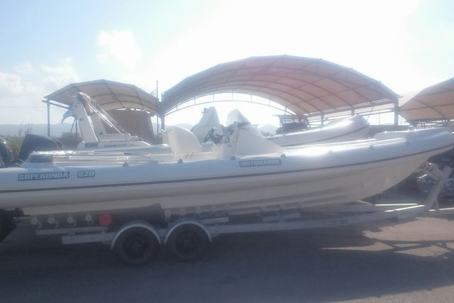 This 28.21' Motomarine cand take up to 8 passengers around Saronic Gulf