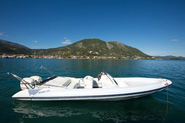 This 29.52' Ribeye cand take up to 12 passengers around Lefkada