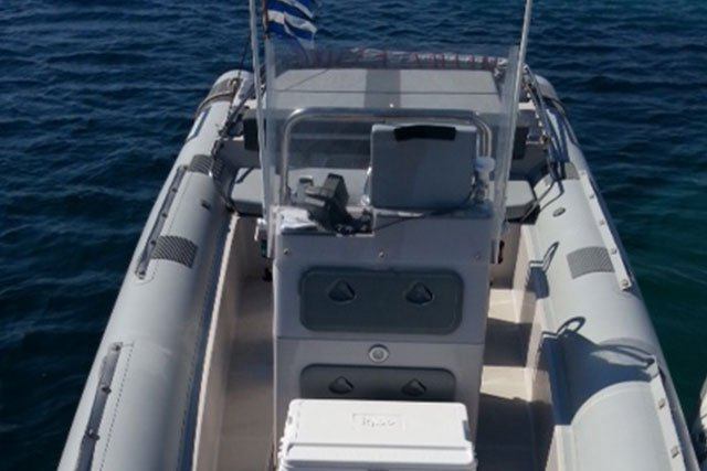 This 27.88' Scorpion cand take up to 10 passengers around Antiparos