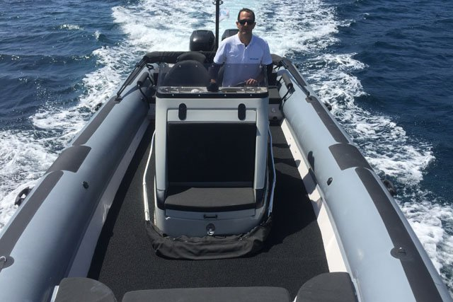 This 32.8' Scorpion x cand take up to 10 passengers around Saronic Gulf