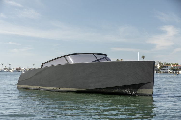 This 40.0' VanDutch cand take up to 12 passengers around Newport Beach