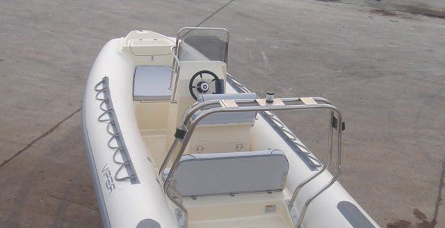 This 18.04' Viper Legent cand take up to 6 passengers around Rodos
