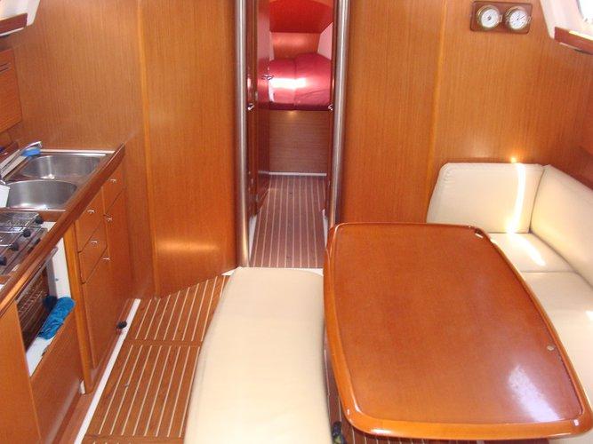 This 43.0' Bénéteau cand take up to 10 passengers around Saronic Gulf