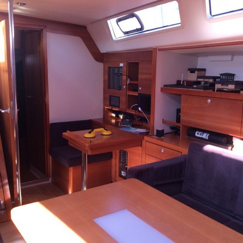 Up to 7 persons can enjoy a ride on this Hanse Yachts boat