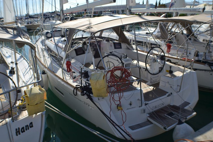 This 37.0' Jeanneau cand take up to 8 passengers around Zadar region