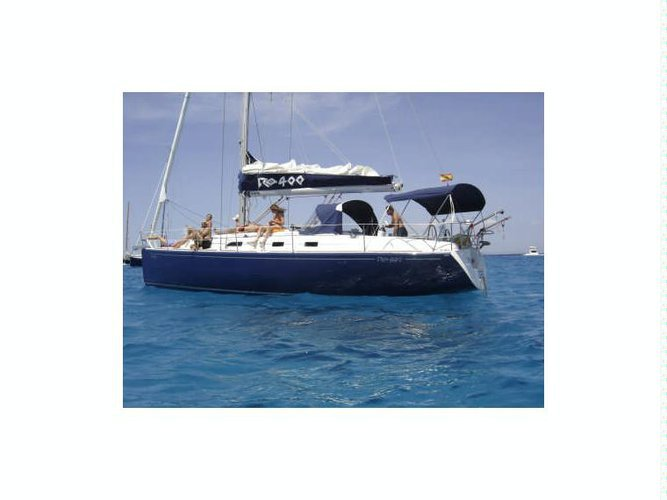 Up to 11 persons can enjoy a ride on this Sloop boat