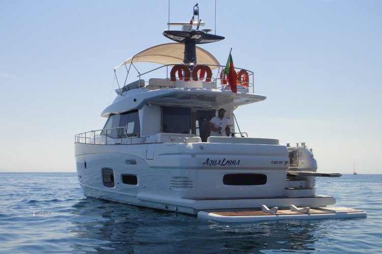 This 53.0' Azimut cand take up to 10 passengers around Cascais