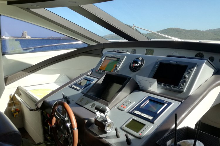 This 86.0' Azimut cand take up to 12 passengers around Capri