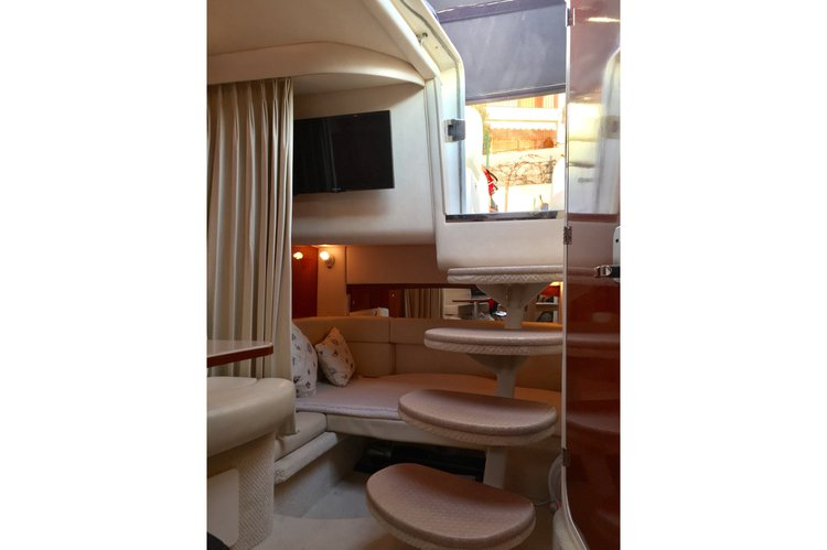 This 36.0' sea ray cand take up to 12 passengers around cannes