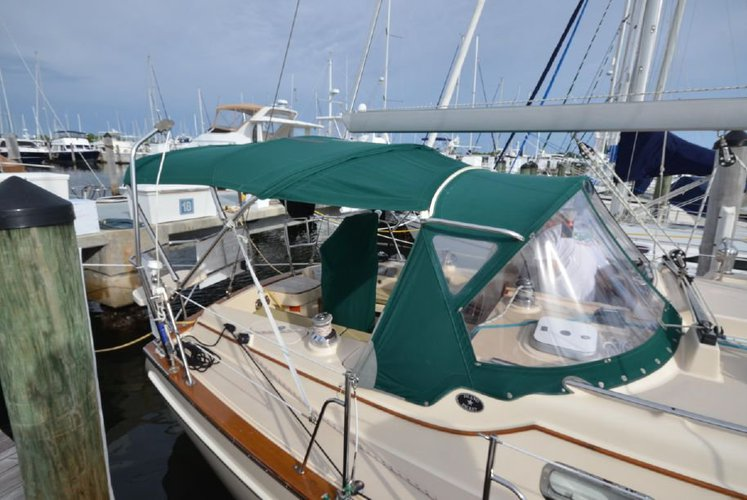 This 38.0' Island Packet Yachts cand take up to 6 passengers around Miami