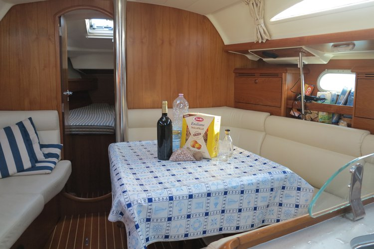 Jeanneau boat for rent in Venice