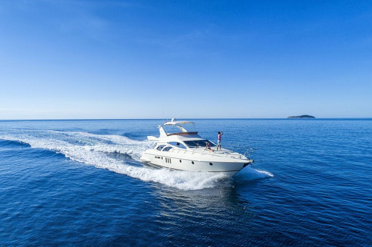 Discover Orašac surroundings on this 62 Azimut boat
