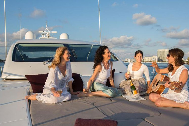 Discover MIAMI surroundings on this Maxi Open Mangusta boat