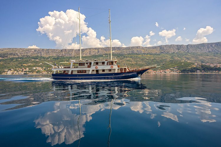 This 101.7' Custom cand take up to 16 passengers around Trogir