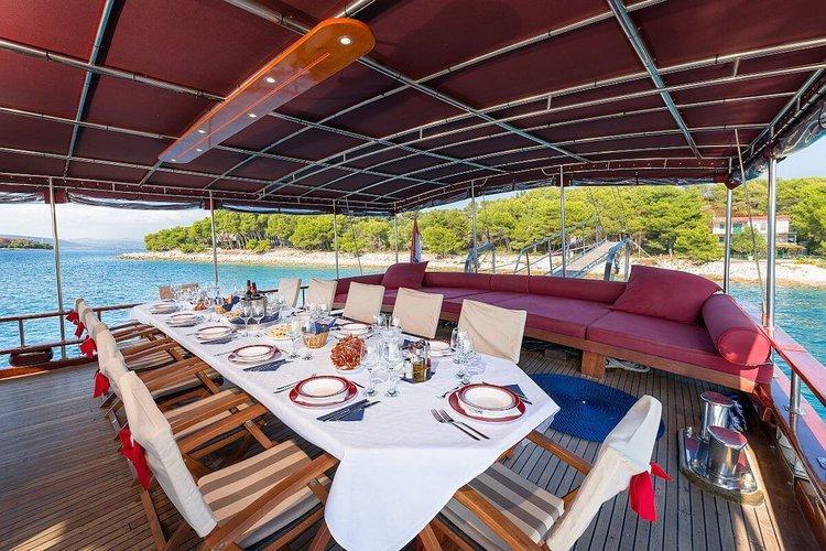 Classic boat for rent in Sibenik