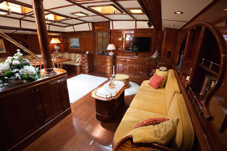 Up to 7 persons can enjoy a ride on this Classic boat