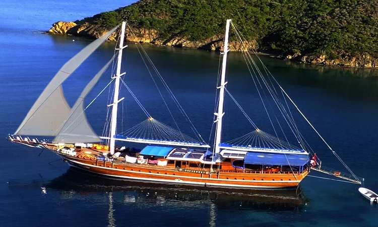 Up to 18 persons can enjoy a ride on this Classic boat