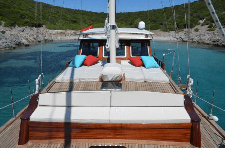 Up to 4 persons can enjoy a ride on this Classic boat