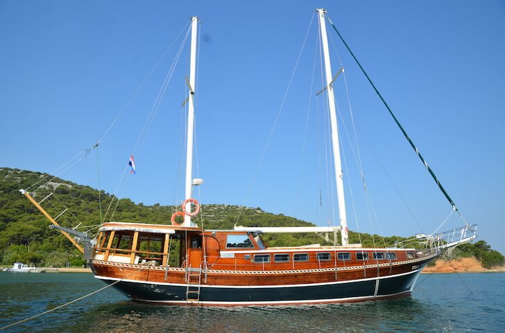 This 59.0' Custom cand take up to 8 passengers around Split